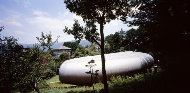 Crescent house une maison japonais en forme de c - Maison en pleine nature ...