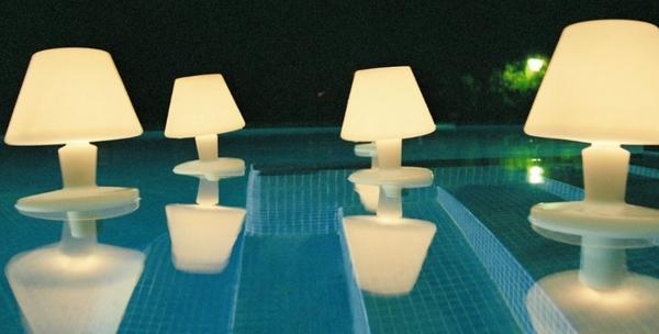 Des luminaires de jardin qui éclairent la piscine