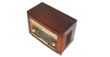 table basse en forme de radio réalisée par l'atelier 4/5