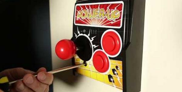 un interrupteur design en forme de borne d'arcade