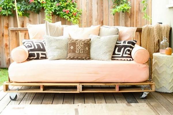 Cr er des meubles insolites avec des palettes en boismon - Peindre une palette en bois ...